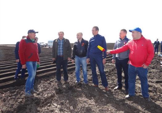 Глава Республики Михаил Игнатьев ознакомился с ходом весенне-полевых работ в Комсомольском районе