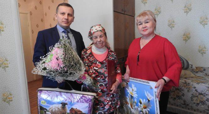 Глава администрации Комсомольского района А.Н. Осипов поздравил с 96-летием ветерана Великой Отечественной войны Лидию Титовну Титову