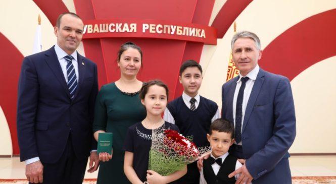 Глава Чувашии Михаил Игнатьев торжественно вручил первые удостоверения многодетной семьи