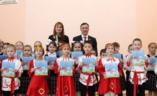 Депутат Госсовета Чувашии Николай Николаев принял участие в акции «Подари ребенку книгу на чувашском языке»
