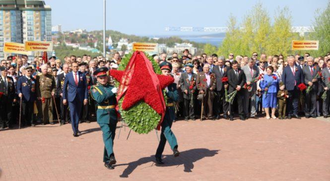 В День Победы Глава Чувашии Михаил Игнатьев возложил цветы к Вечному огню