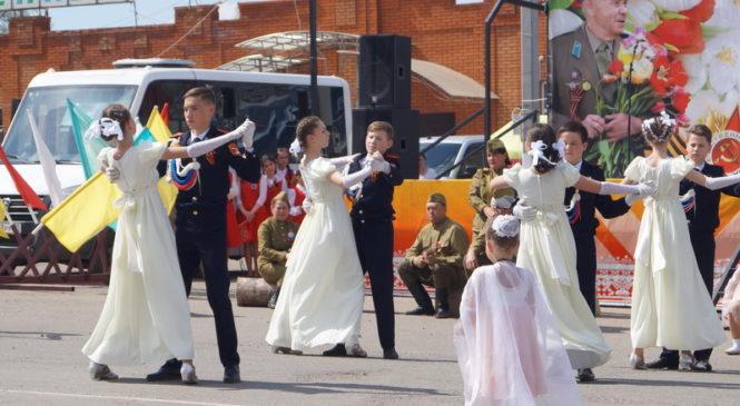 Великий праздник День Победы, на главной площади парад