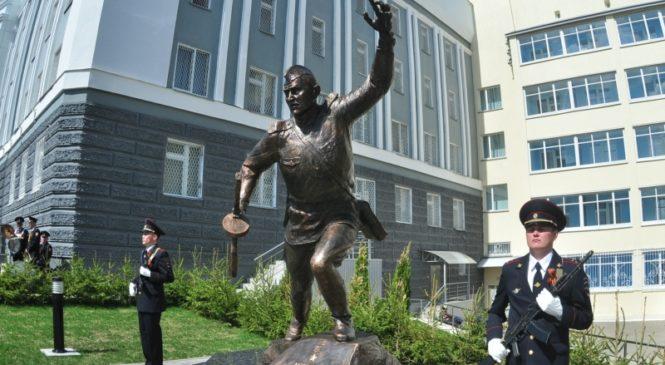 В Чебоксарах установили памятник Герою Советского Союза Алексею Логинову