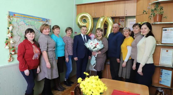 Глава администрации Комсомольского района Александр Осипов поздравил сотрудников редакции газеты «Каçал ен» с юбилеем издания